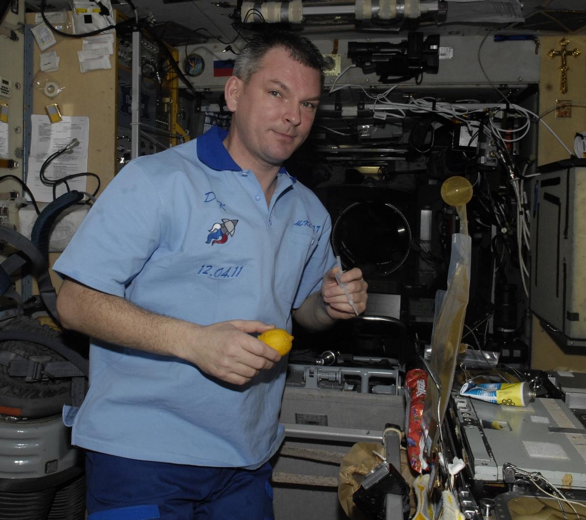 Александр Самокутяев с лимоном на борту МКС