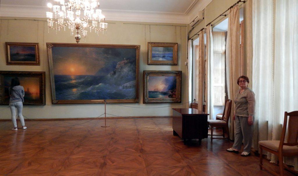 в зале галереи Айвазовского