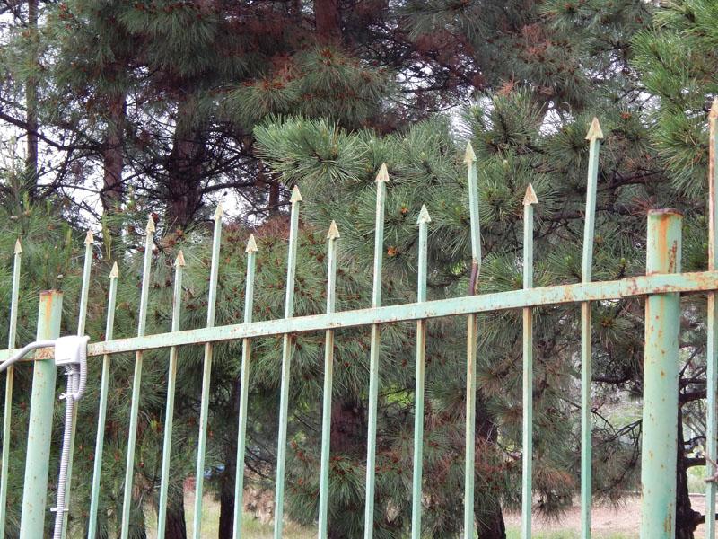 опасный забор