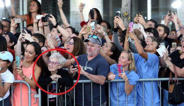 толпа со смартфонами