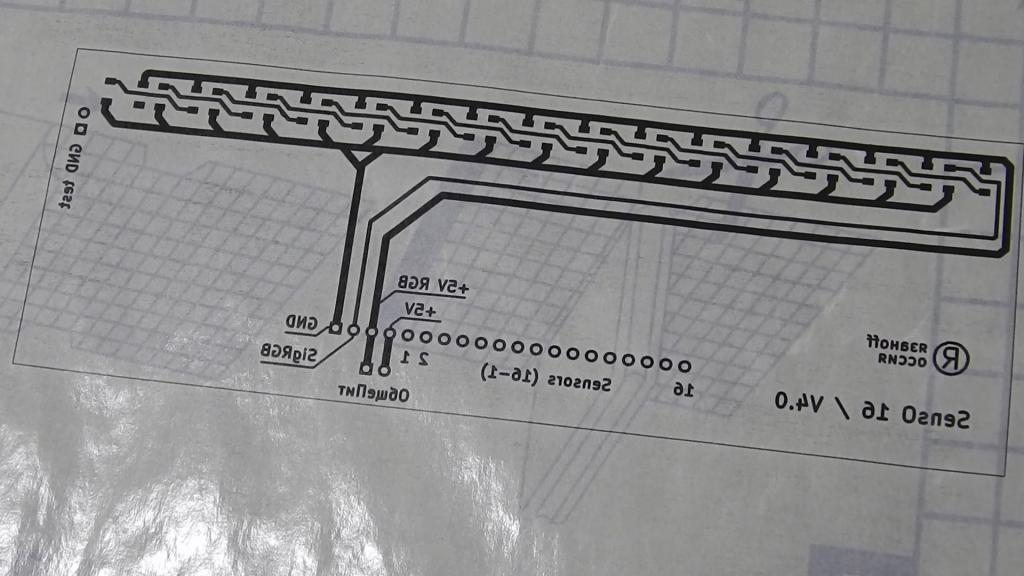 Отпечаток верхней стороны платы на подложке от самоклеящихся обоев